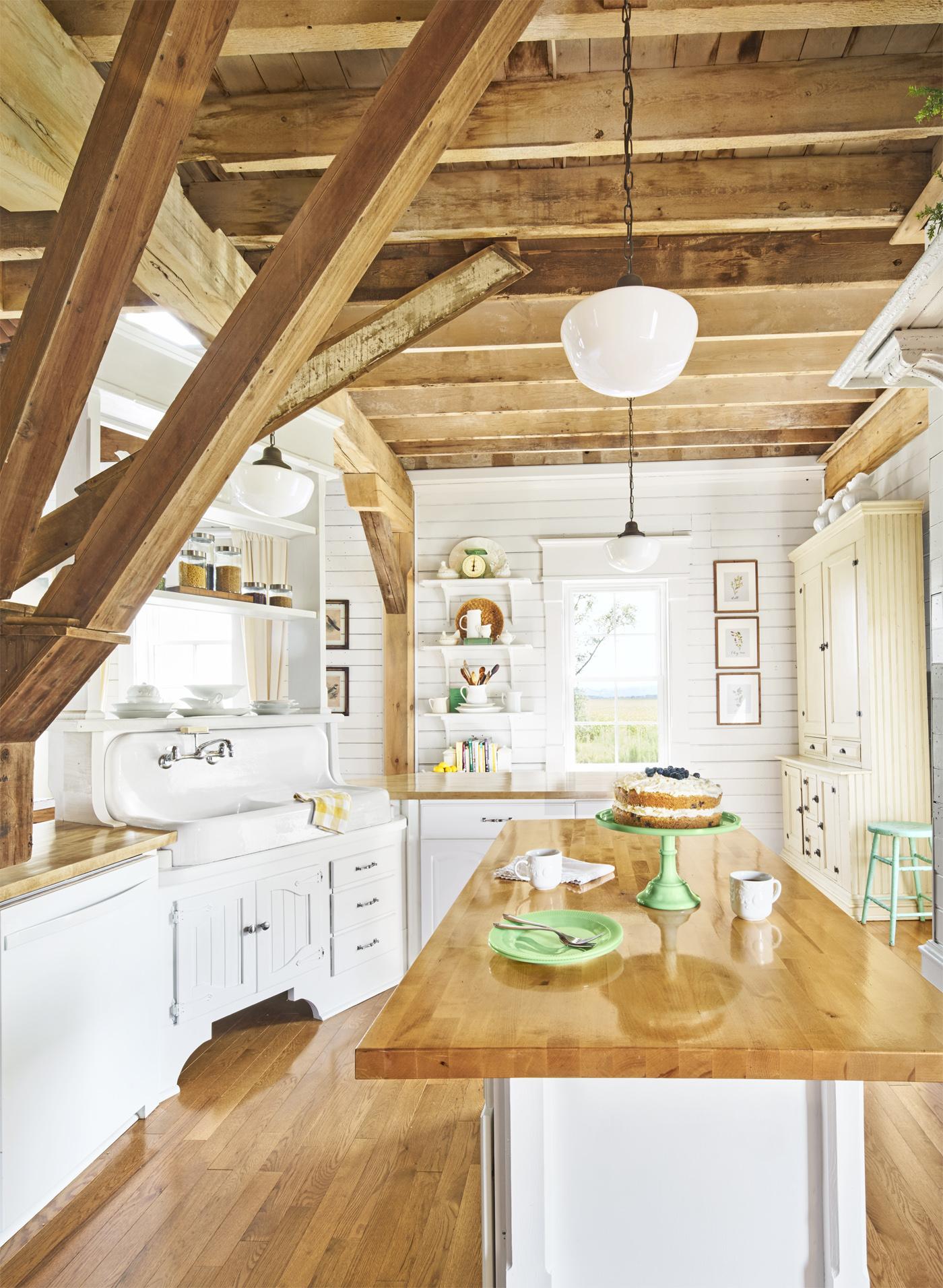 белая кухня кухонный остров полки