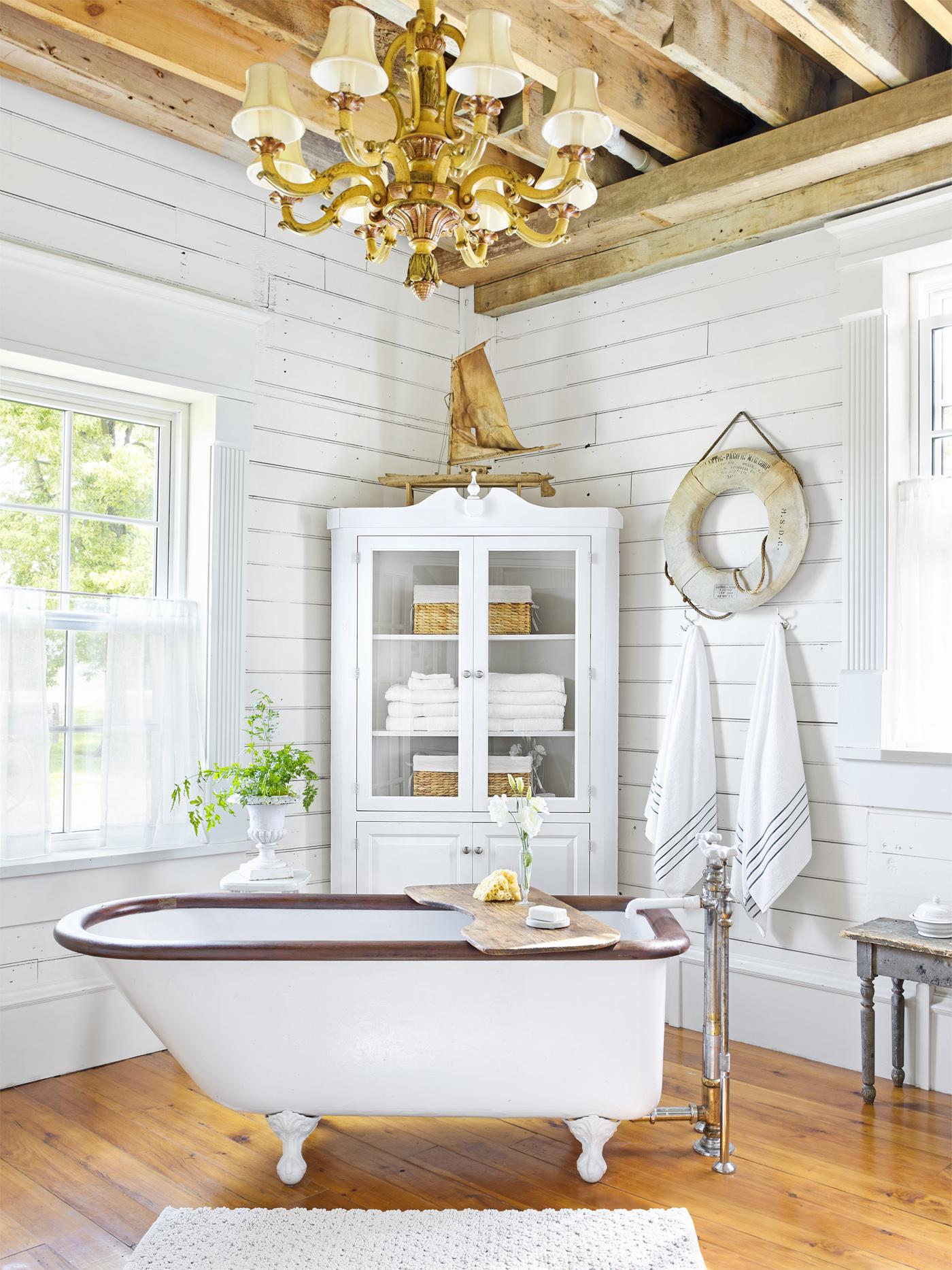 ванная комната ванна витрина окна дерево