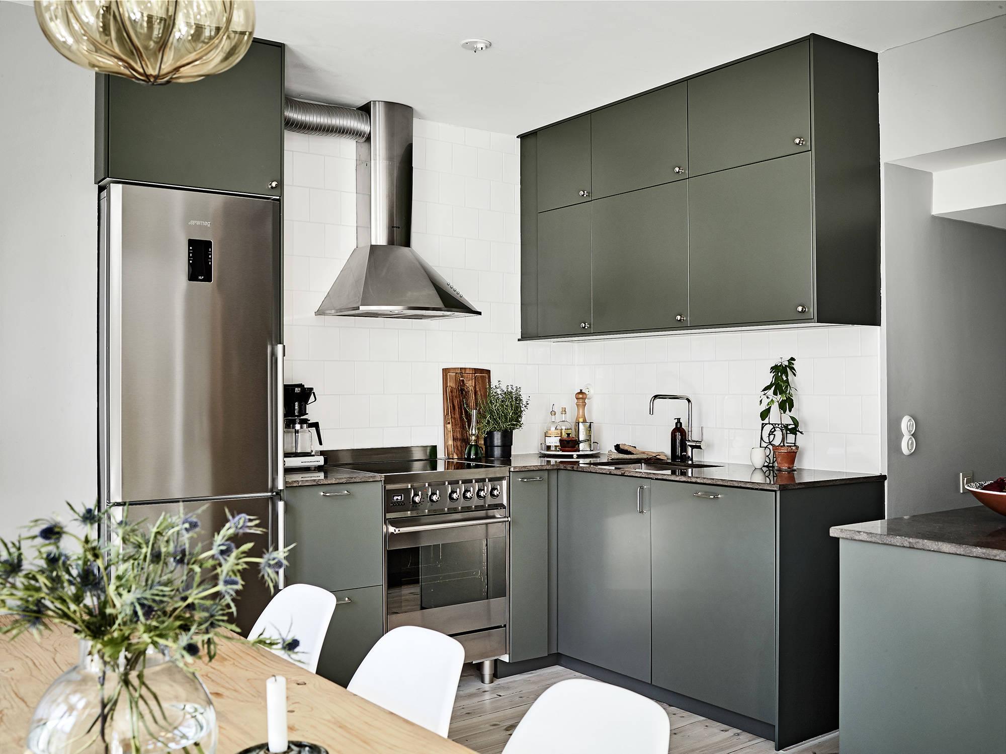 кухня холодильник плита вытяжка мойка смеситель столешница белая плитка