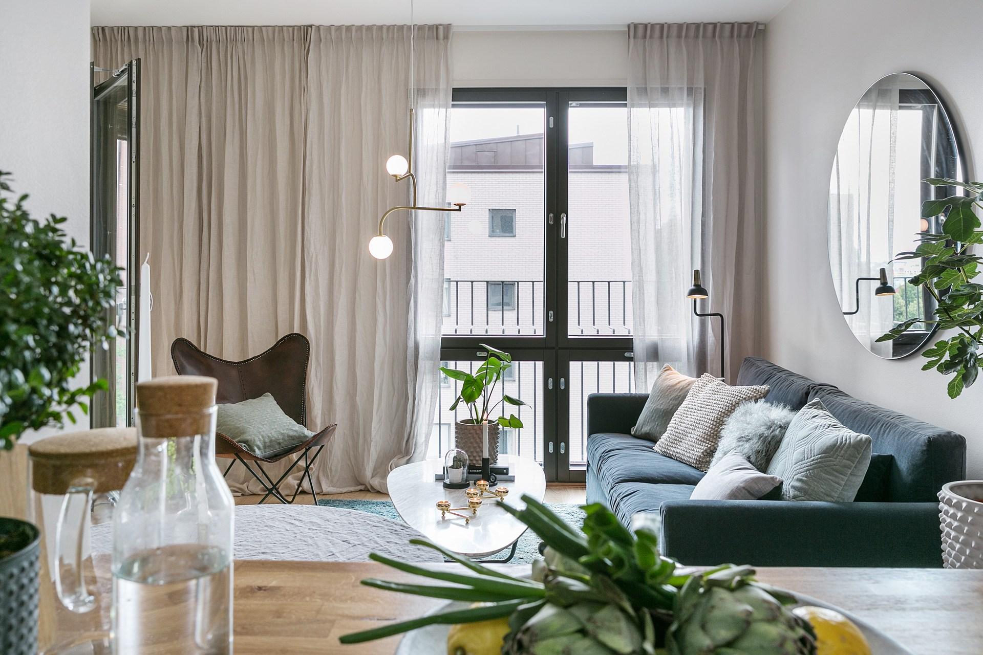 гостиная диван кресло столик остекление шторы балкон