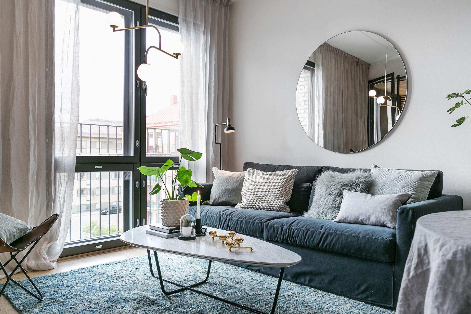 гостиная диван зеркало столик ковер