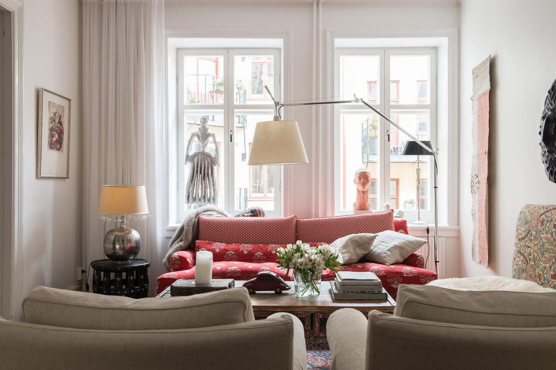 гостиная диван кресло столик лампы окно