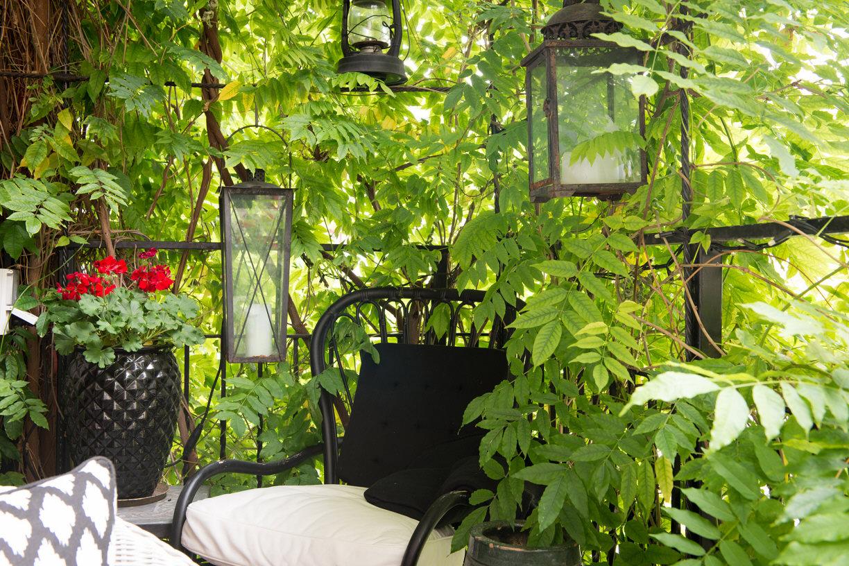 балкон растения кресло фонарь