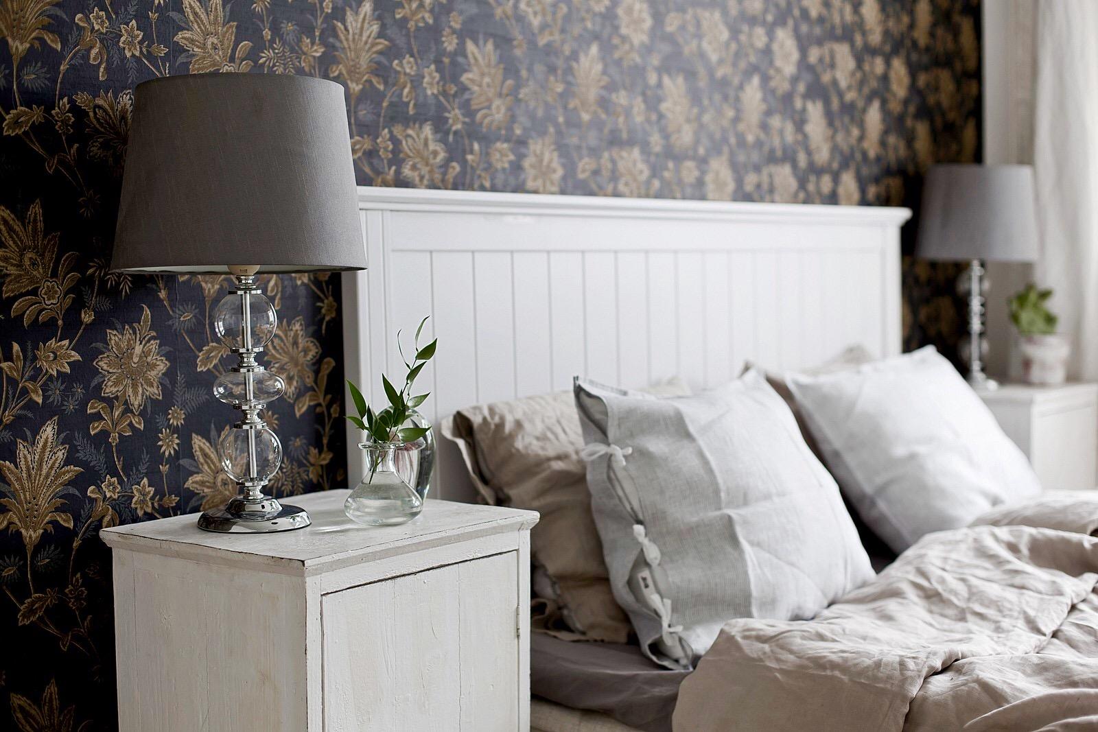 спальня кровать изголовье лампы комоды