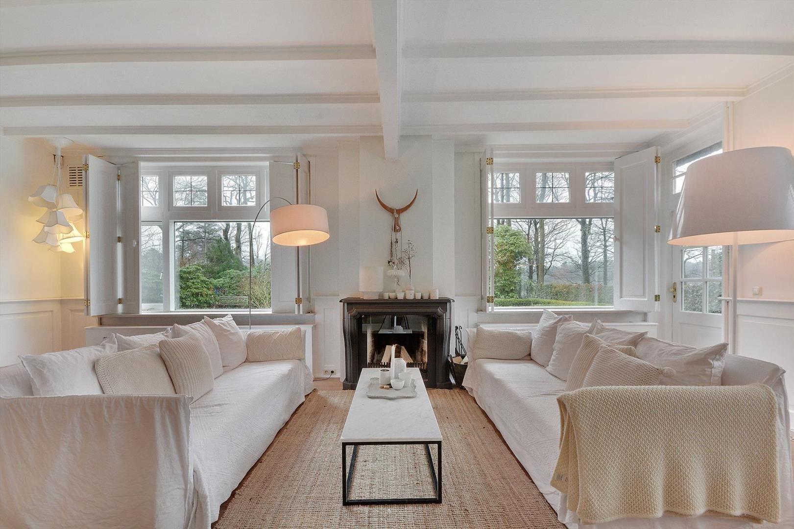 гостиная диван камин окно