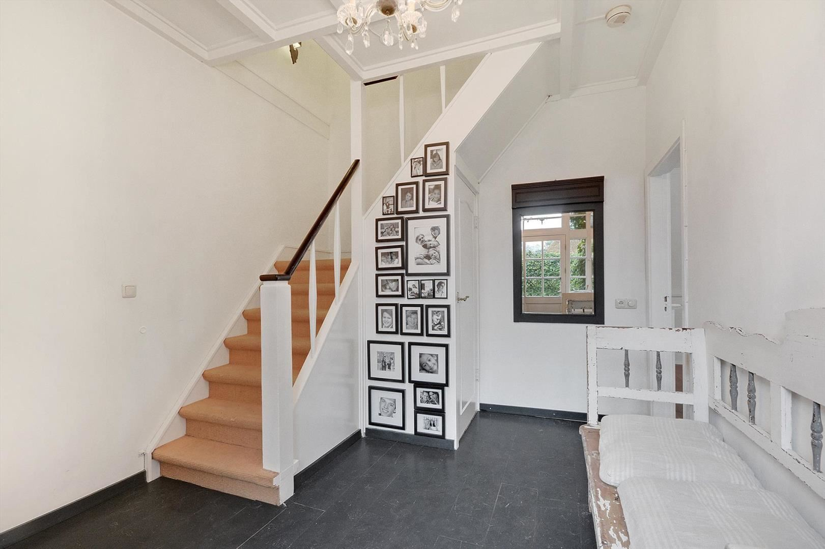 коридор скамейка лестница рамки фото картины