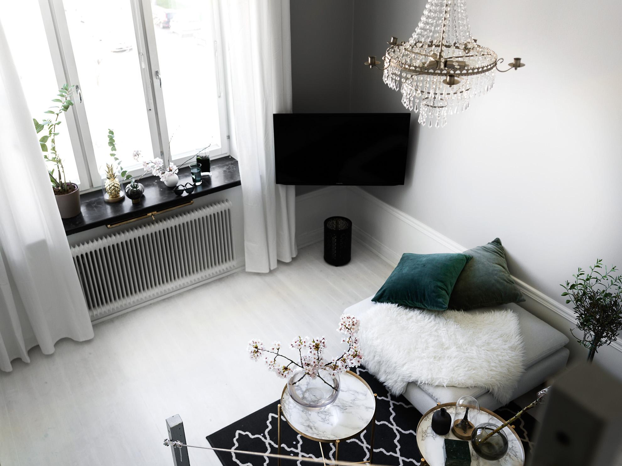 гостиная телевизор окно подоконник люстра столик