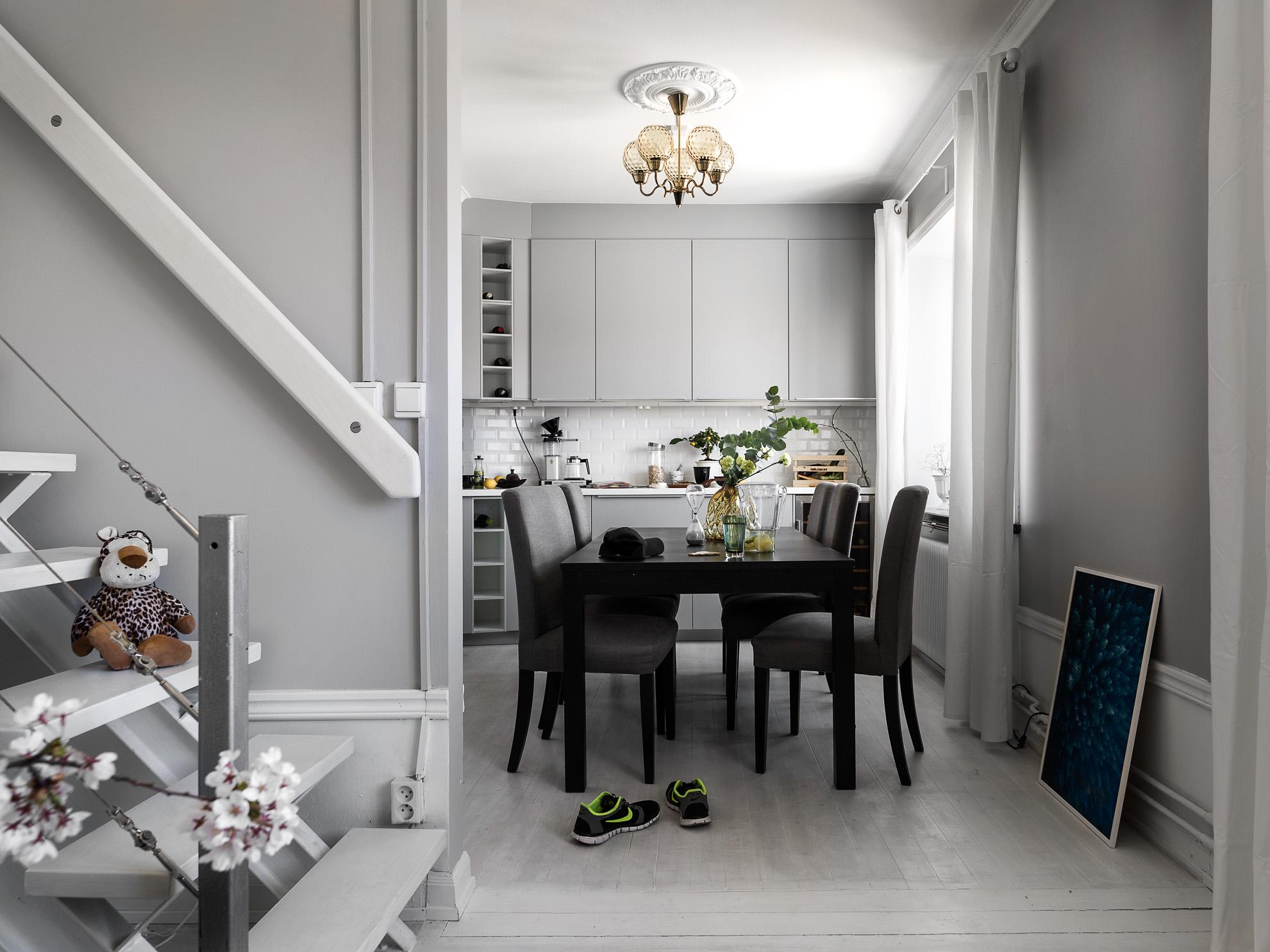 серая кухня стол стулья