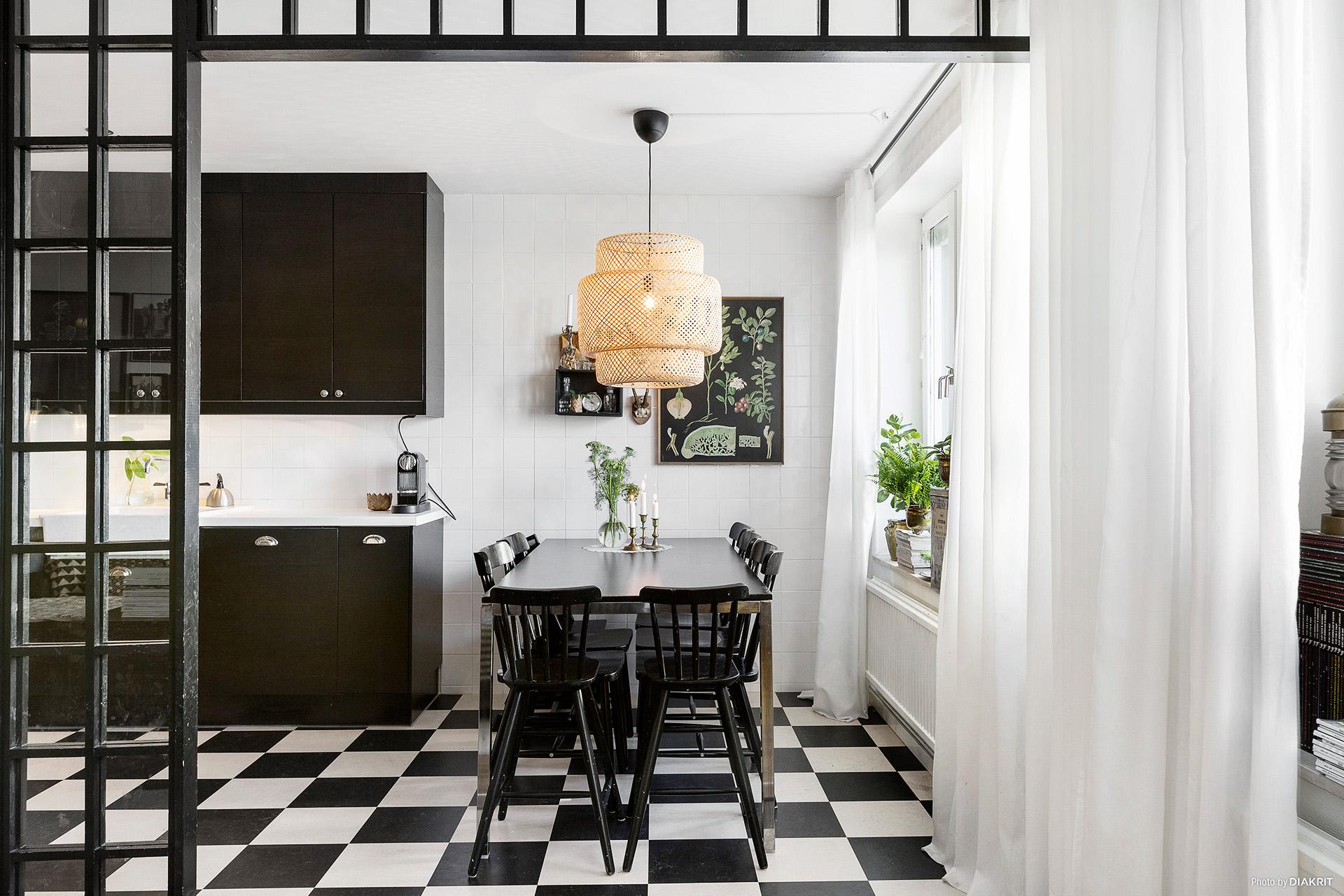 кухня стол стулья лампа пол плитка черно-белый