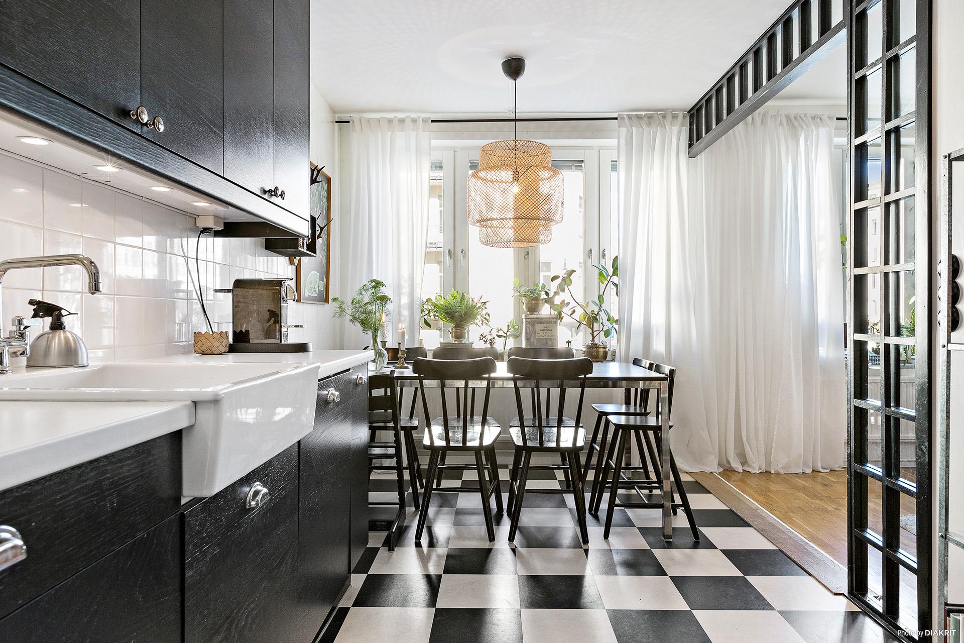 темная кухня накладная мойка стол стулья перегородка шахматная плитка