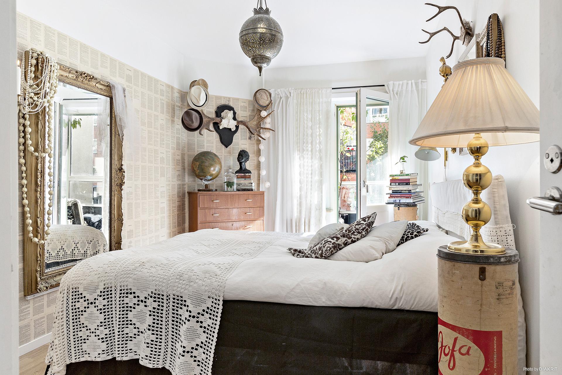 спальня кровать комод шляпа лампа зеркало