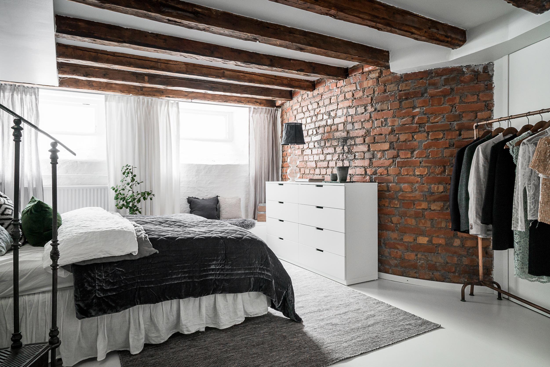 спальня кирпич балки