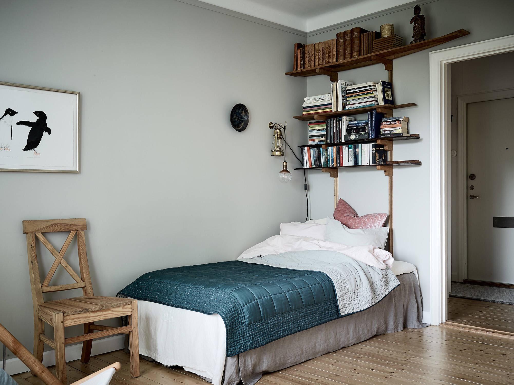 кровать полки книги