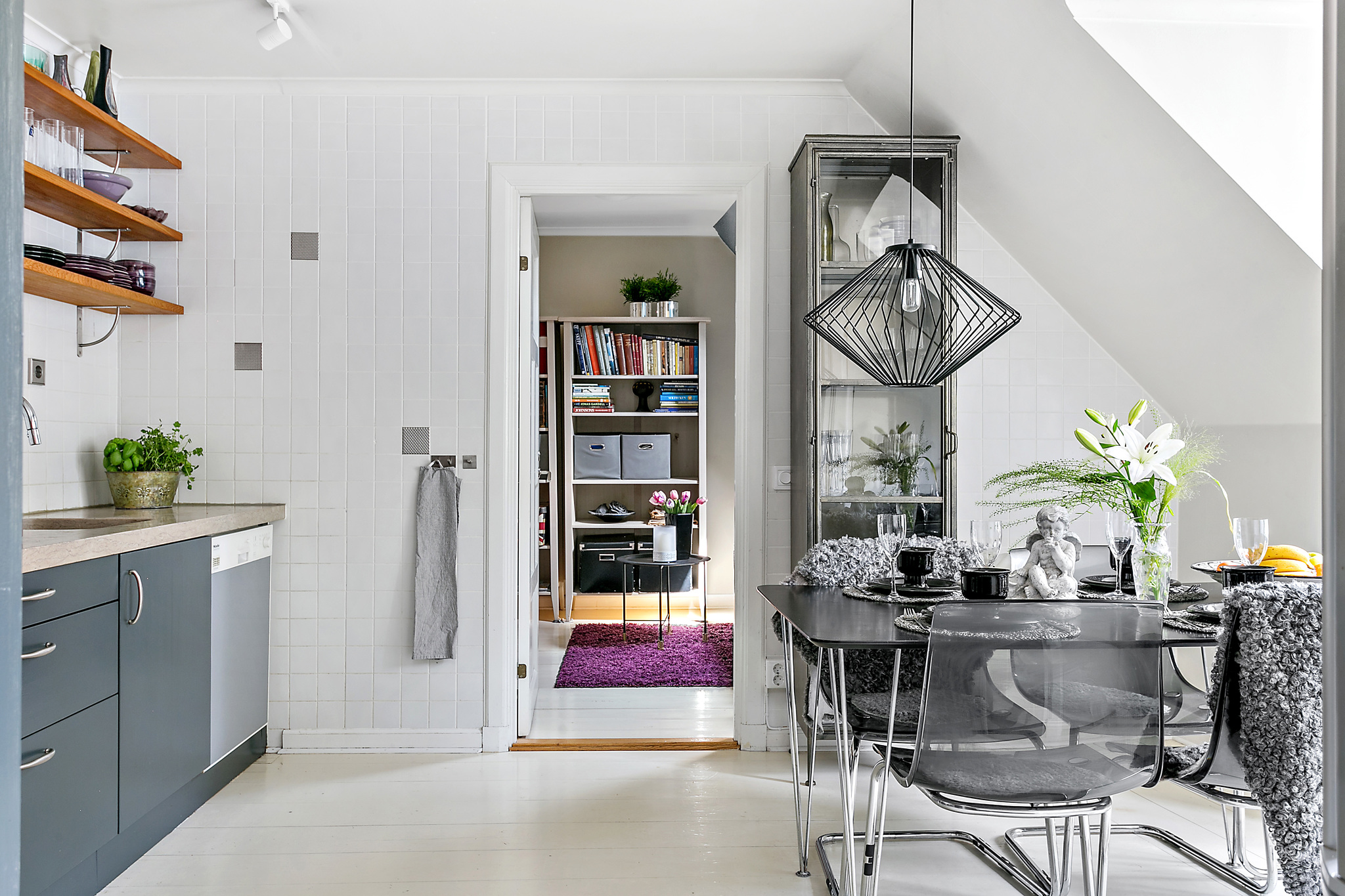 кухня витрина стол стулья белая плитка