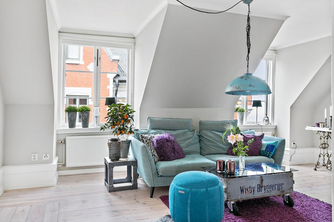 гостиная мансарда окно диван столик лампа пуф