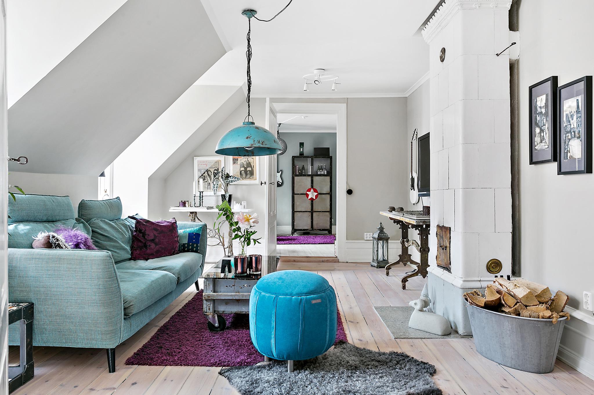 гостиная диван пуф шкура печь лампа столик телевизор консоль мансарда