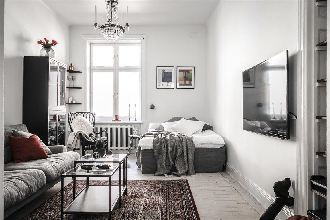 комната диван телевизор кровать столик ковер люстра окно