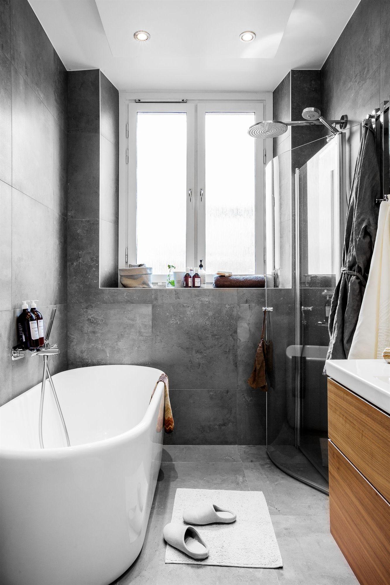 ванная комната окно ванна смеситель душевая кабина раковина комод