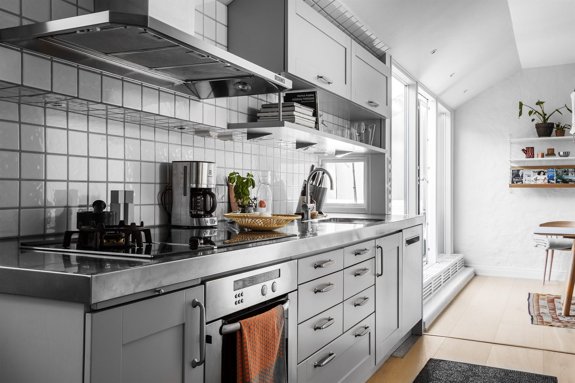 кухня серые фасады белая плитка кухонная техника