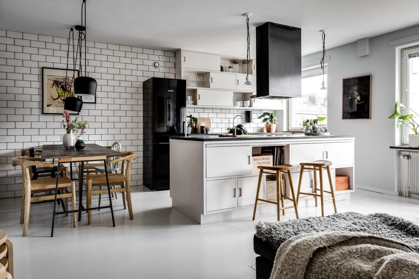 кухня гостиная стол стулья холодильник вытяжка