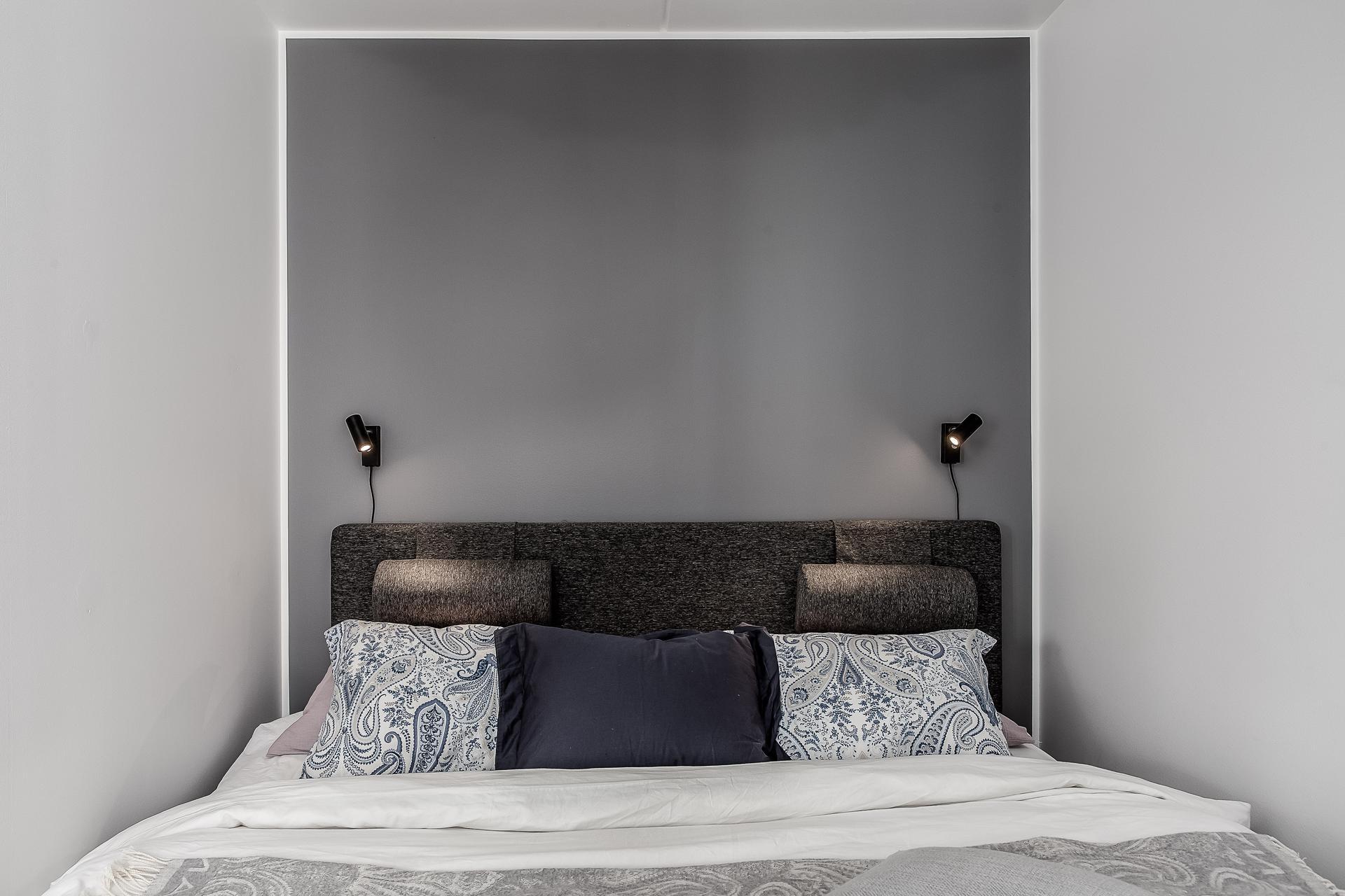 спальня кровать изголовье прикроватные светильники подушки