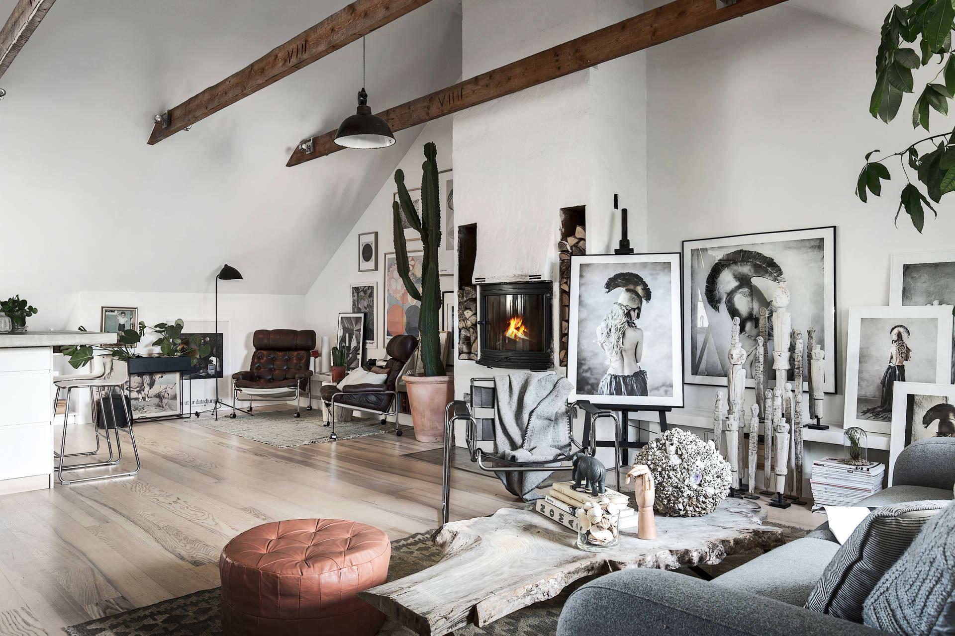 гостиная камин дрова картины фотографии кресло высокий потолок балки цветы