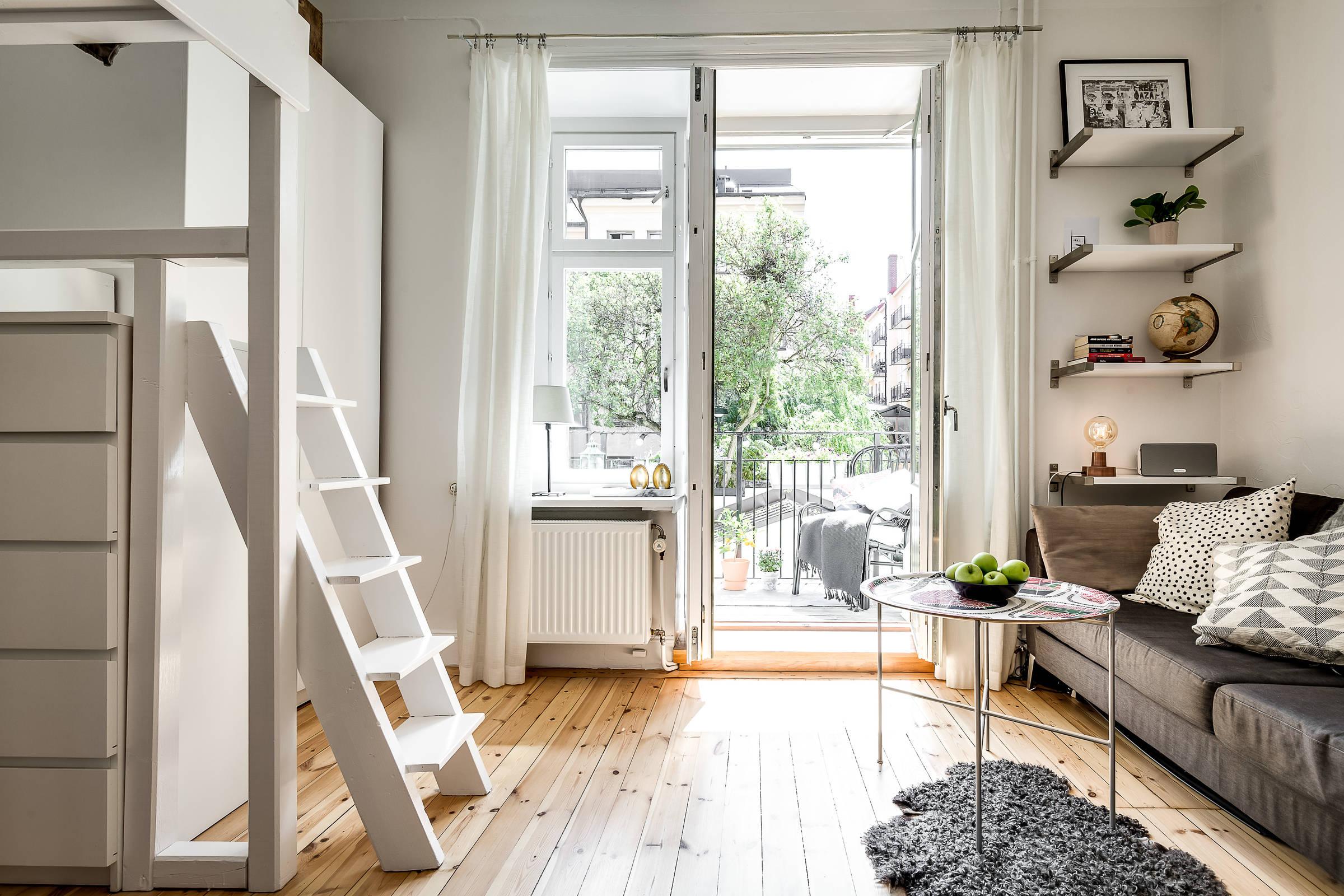 гостиная балкон диван полки