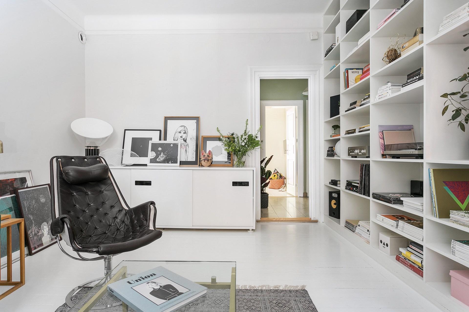 гостиная комод кресло книжный стеллаж