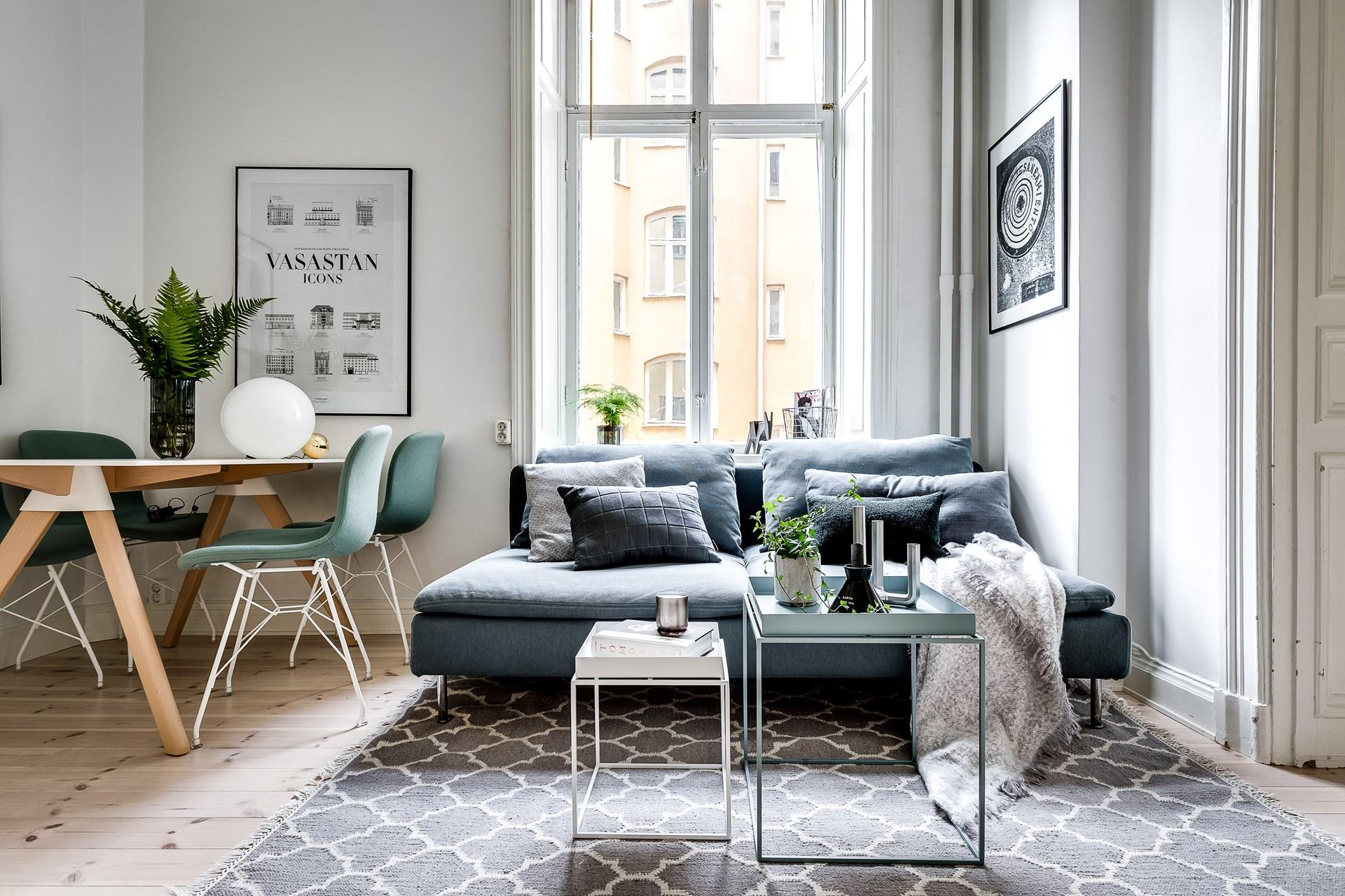 диван столики ковер обеденный стол окно