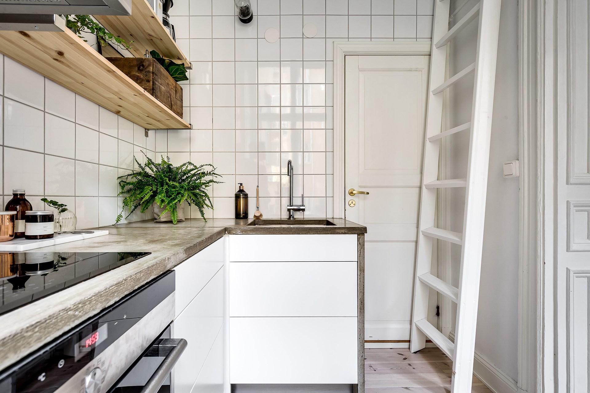 кухня плитка столешница бетон высокий потолок антресоли лестница