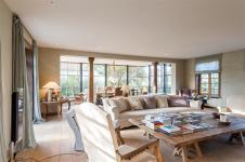 гостиная диван кресло журнальный столик панорамное остекление