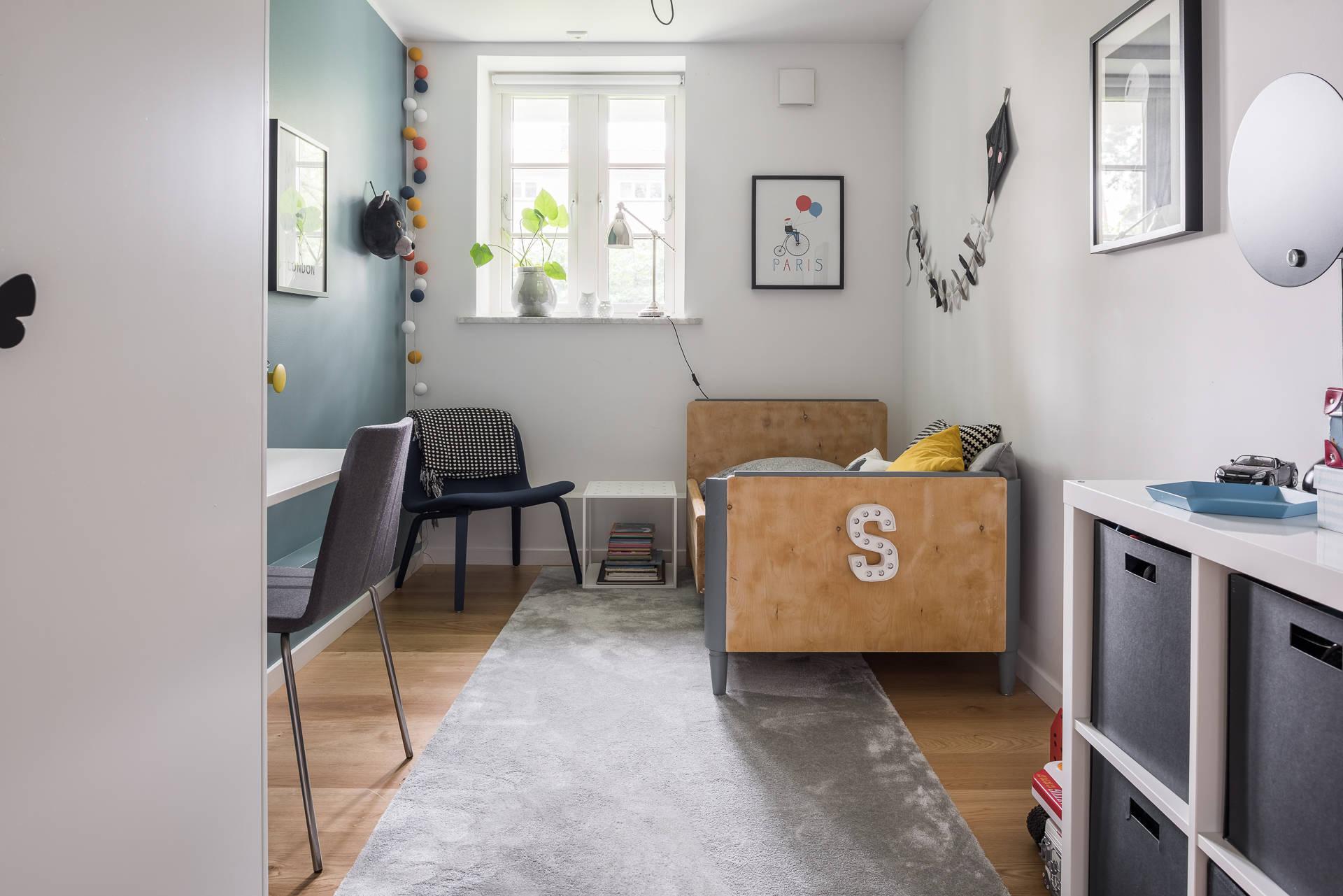 детская комната кровать гирлянда стеллаж окно