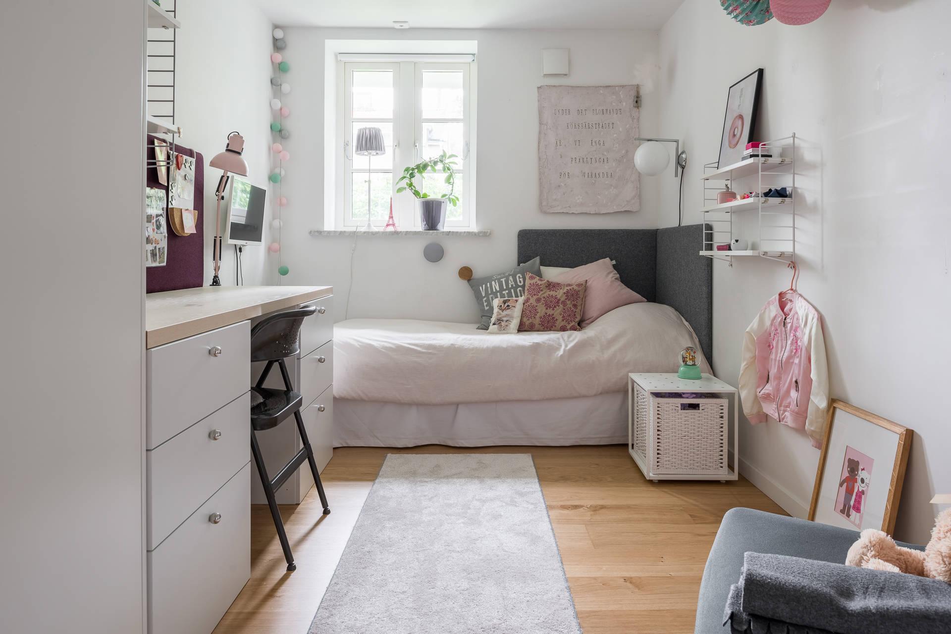 детская комната кровать окно стол гирлянда