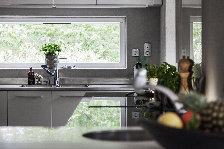 кухня окно мойка смеситель