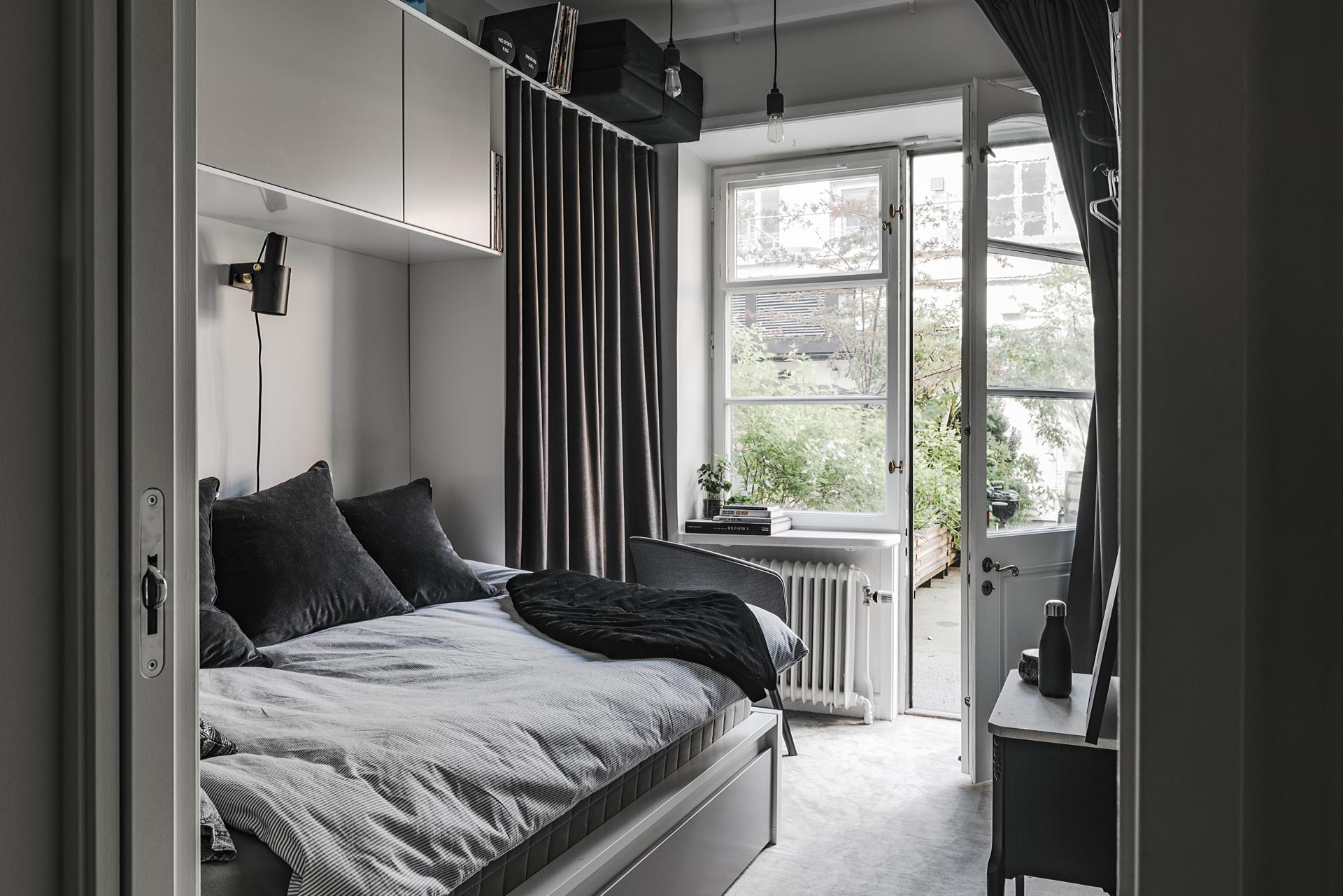 спальня кровать шкаф с занавеской