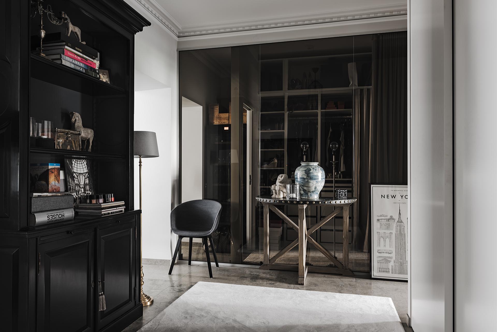 коридор стеклянная перегородка сервант столик ваза ковер