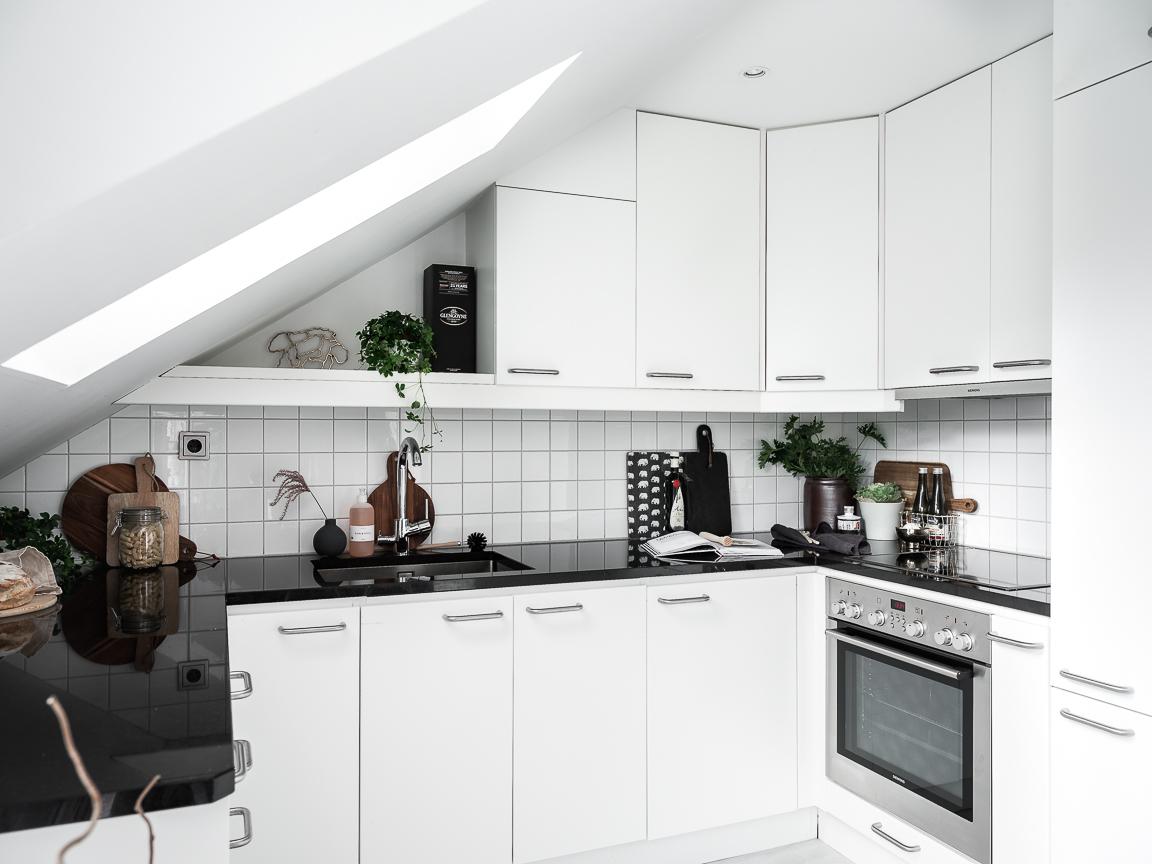 мансарда кухня столешница плита встроенная вытяжка мойка смеситель