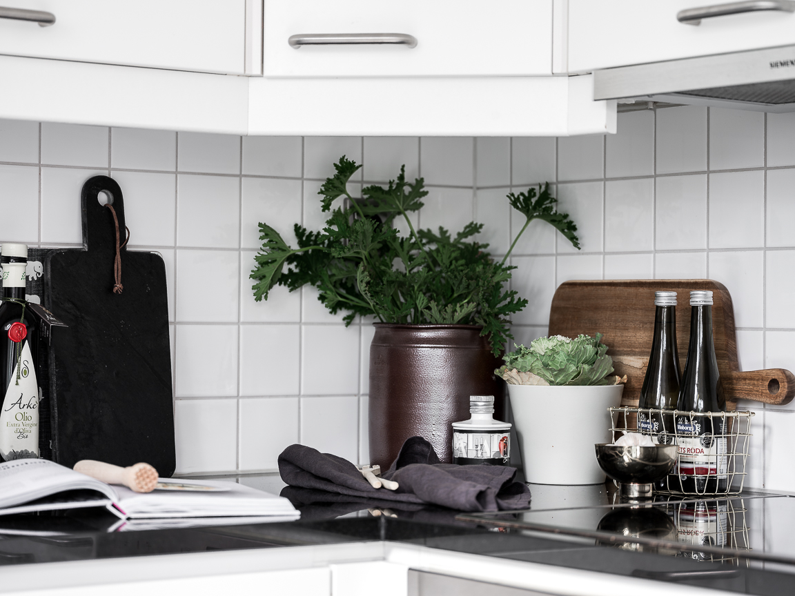 белая кухня фартук плитка столешница плита