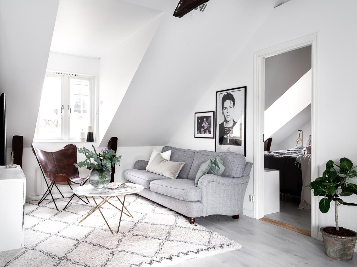 гостиная мансарда окно высокий потолок балки
