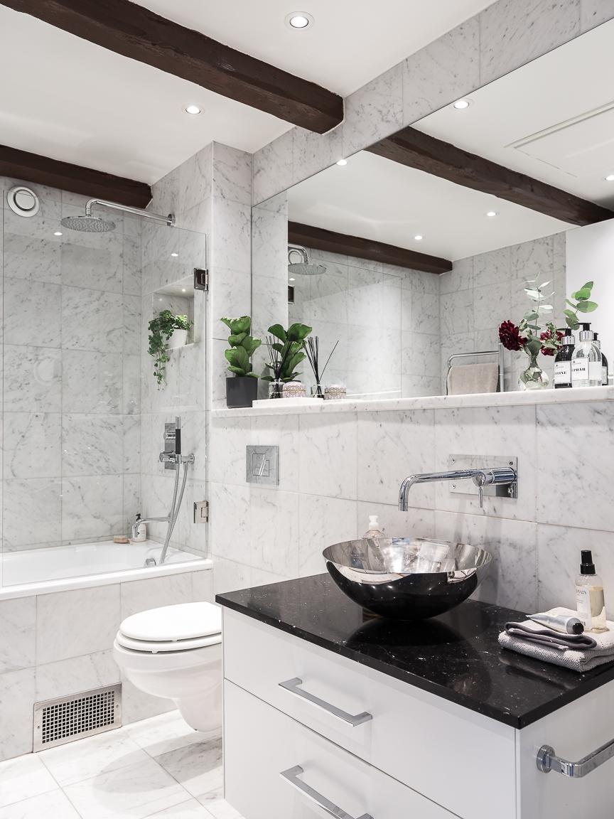 санузел ванная комната балки ванна душ раковина зеркало плитка