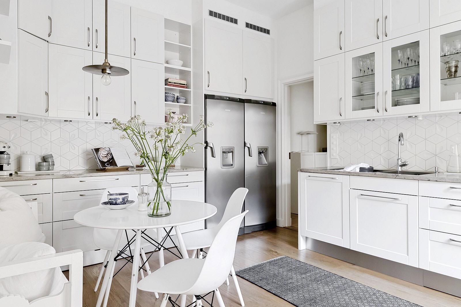 белая кухня холодильник столик стулья eames