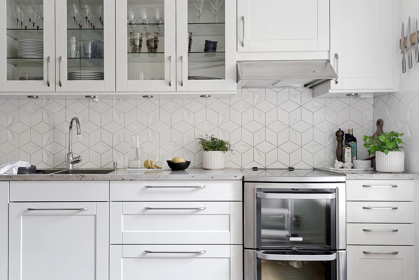 белая кухня плита встроенная вытяжка мойка смеситель столешница фартук плитка