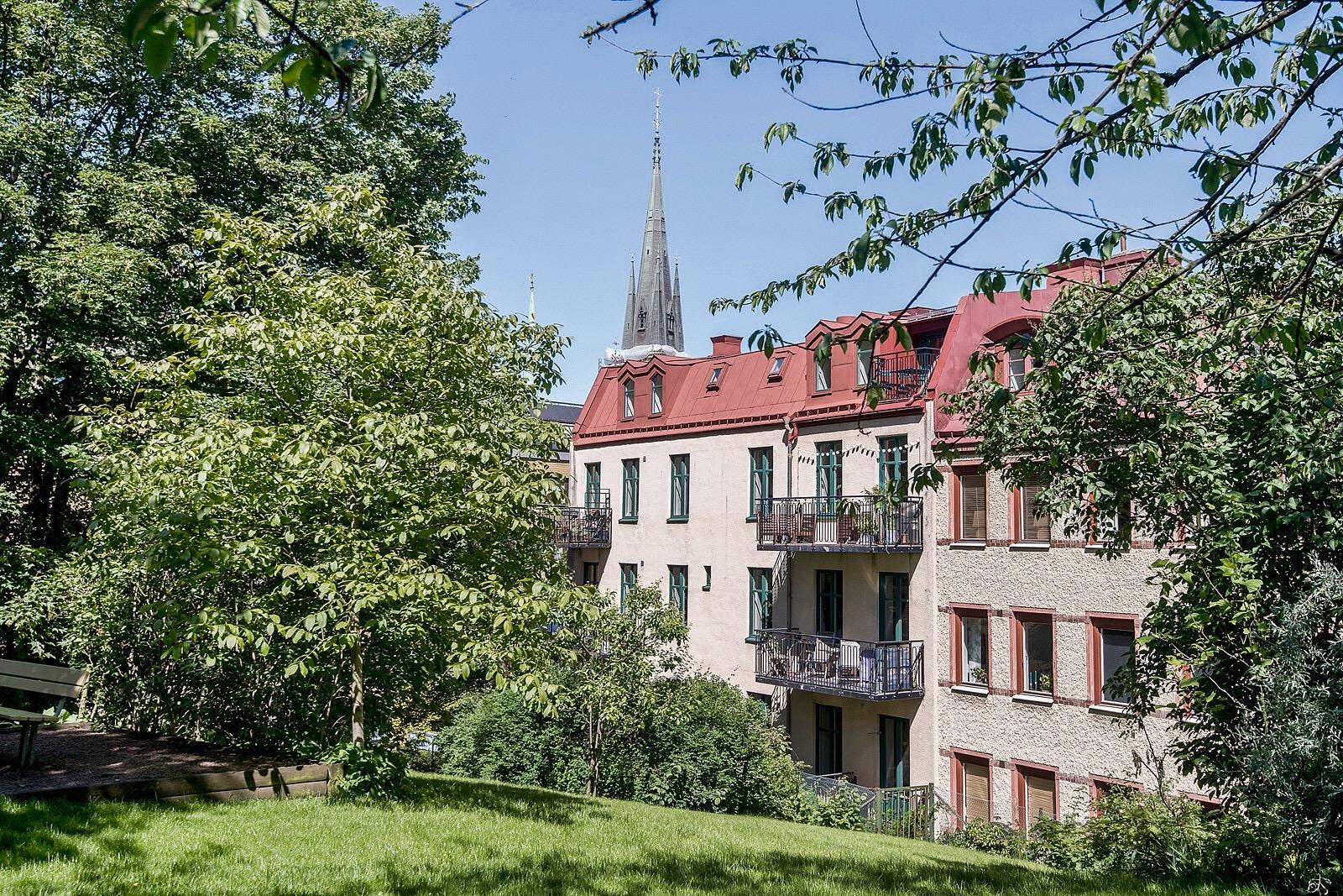 фасад городского дома балконы