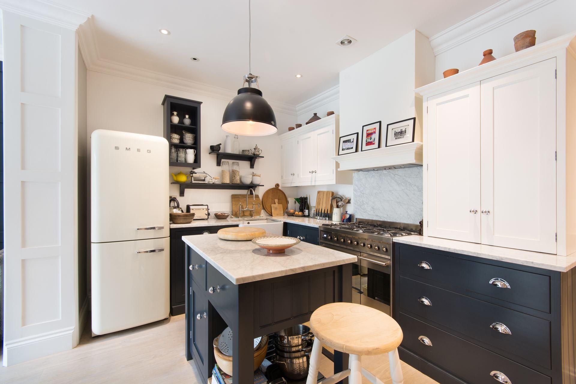 кухня кухонный остров плита вытяжка холодильник