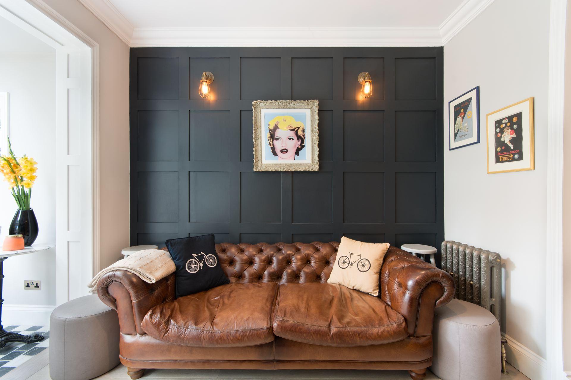 стеновые панели кожаный диван с утяжками подушки
