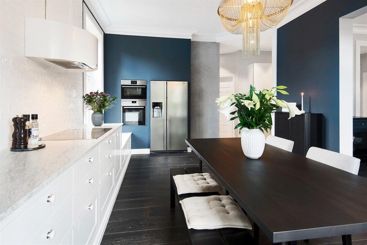 кухня плита встроенная вытяжка деревянный пол стол стулья ваза люстра