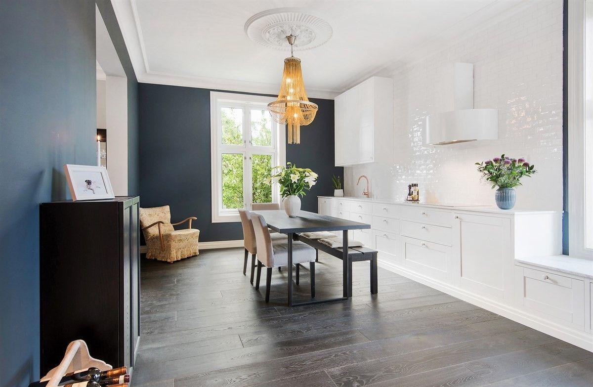 кухня стол люстра окно кресло деревянный пол