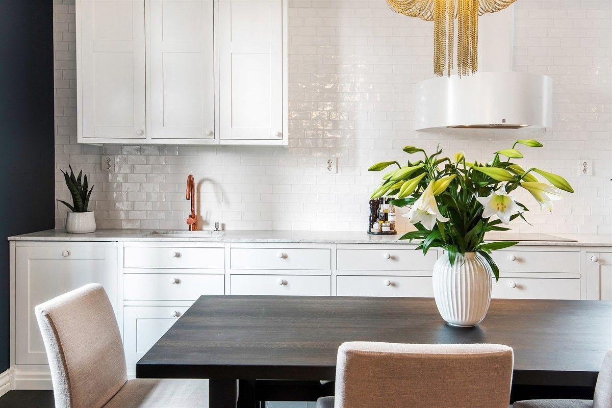 белая кухня плитка кабанчик ретро столешница мрамор
