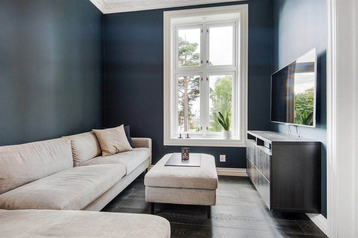 комната диван столик окно комод телевизор