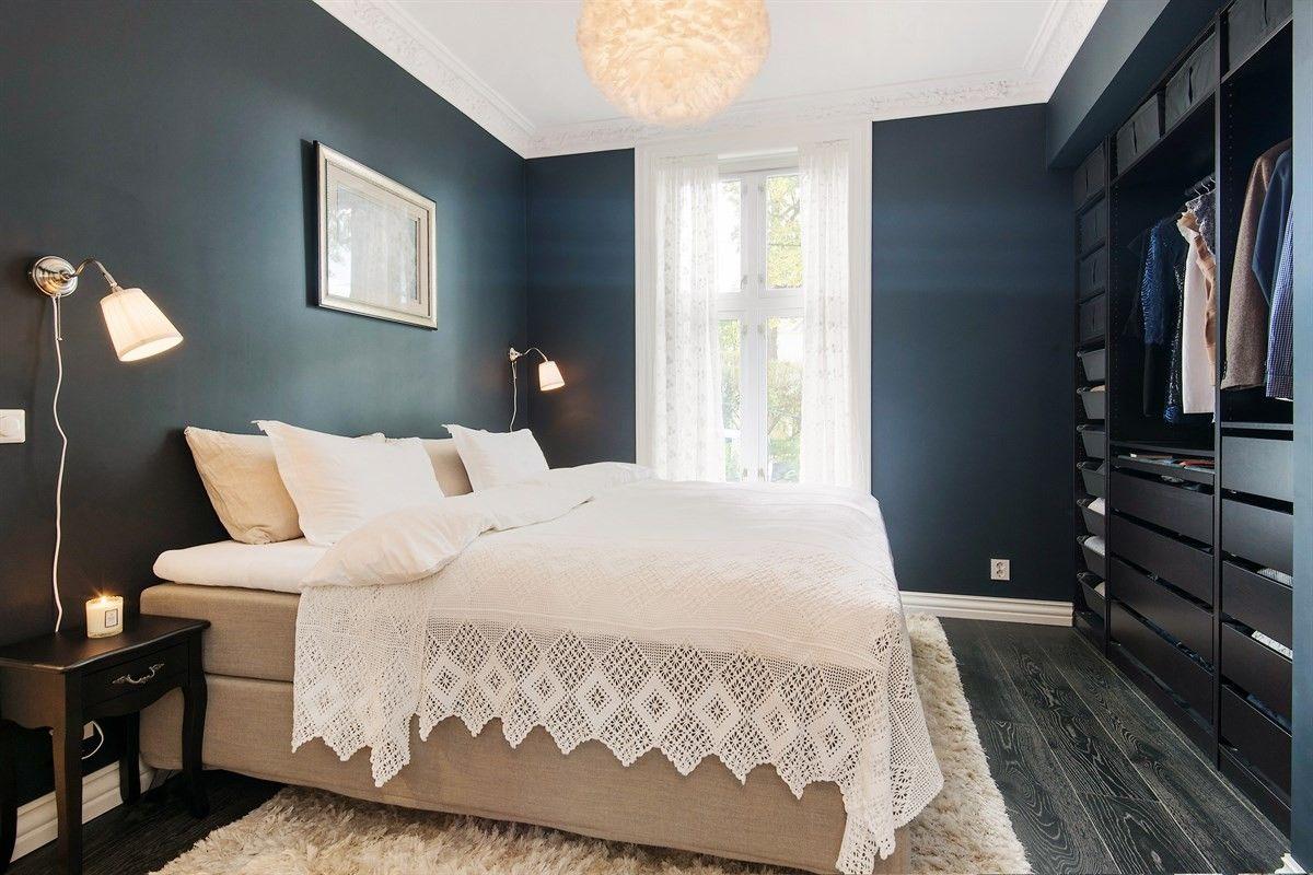 спальня кровать окно люстра перья